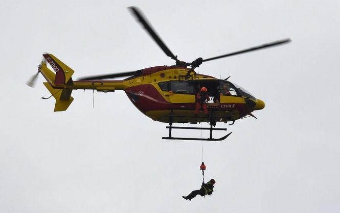 Во французских Альпах лыжников снимали с подъемника вертолетом