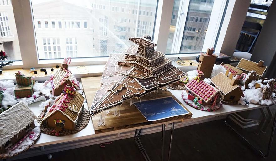 В Стокгольме испекли к Рождеству имбирный истребитель