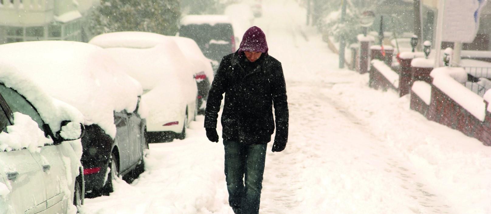Всегда носи с собой лопату: Европу засыпает снегом
