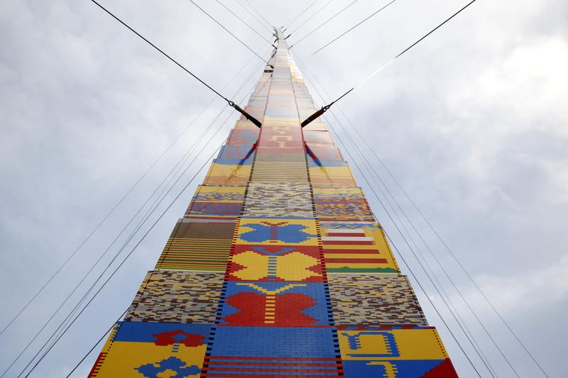 В Тель-Авиве построили башню из Lego в честь мальчика, умершего от рака