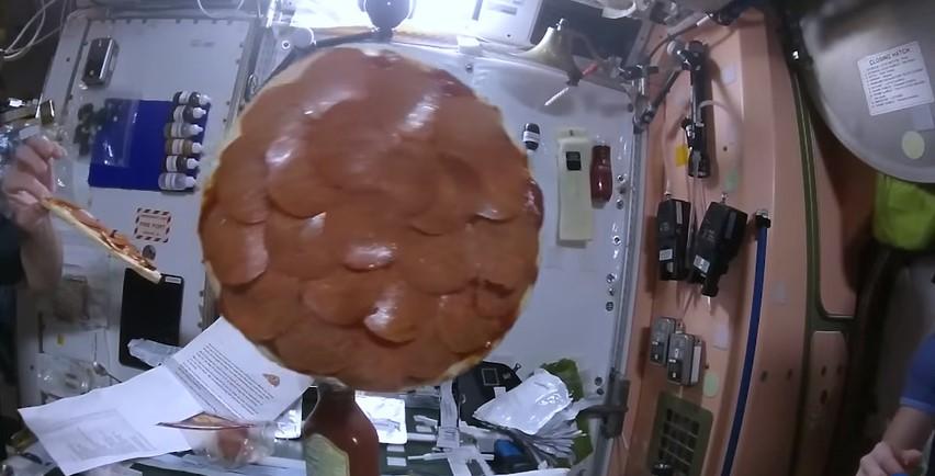 Космонавты приготовили пиццу в невесомости
