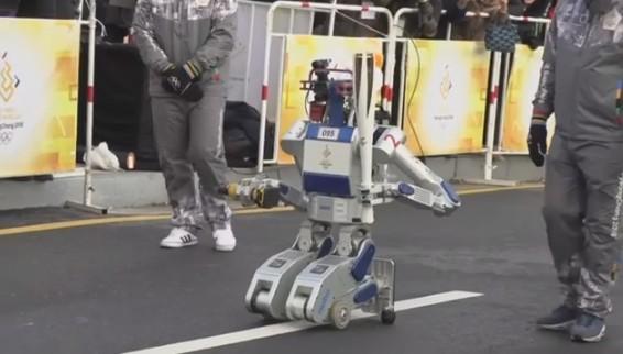 Робот впервые принял участие в эстафете олимпийского огня