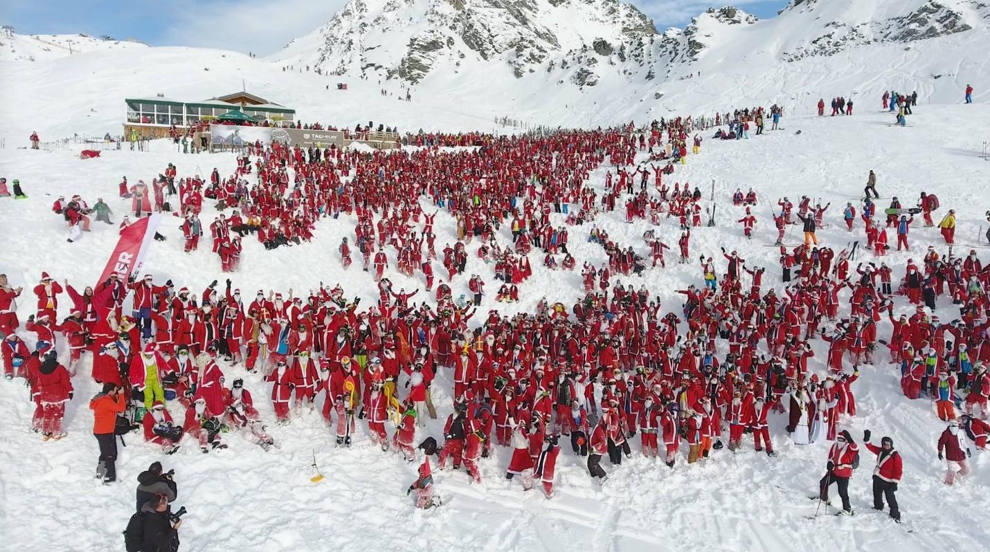 Почти три тысячи Санта-Клаусов скатились с горы на лыжах
