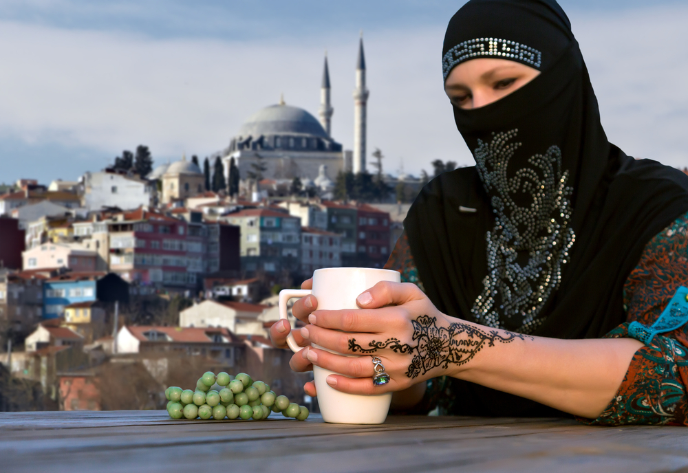 Турчанки делают тату из грудного молока и сажи