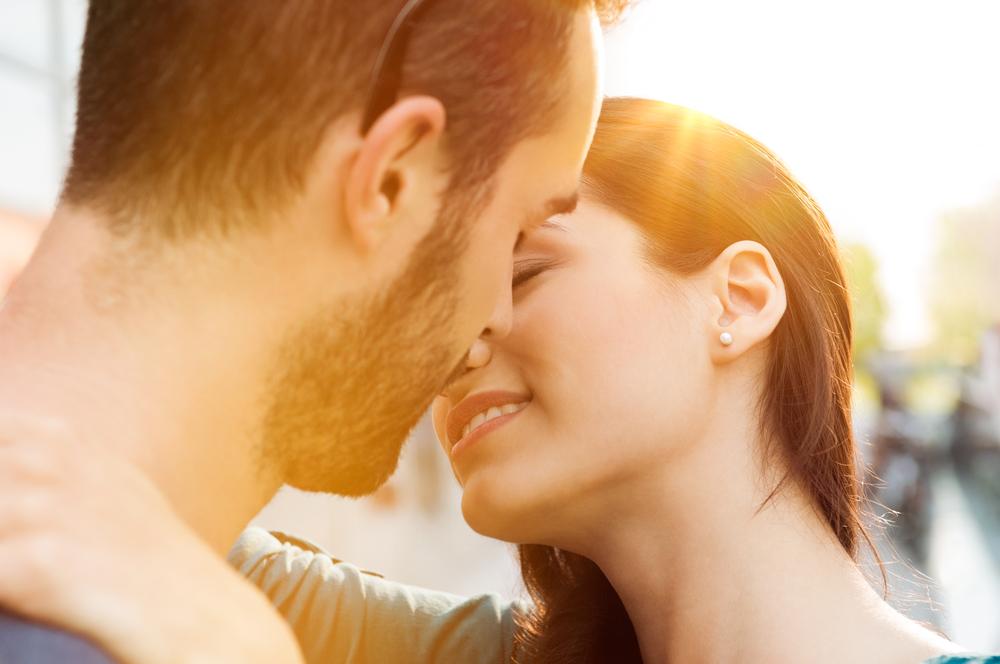 Почему при поцелуе мы наклоняем голову вправо?