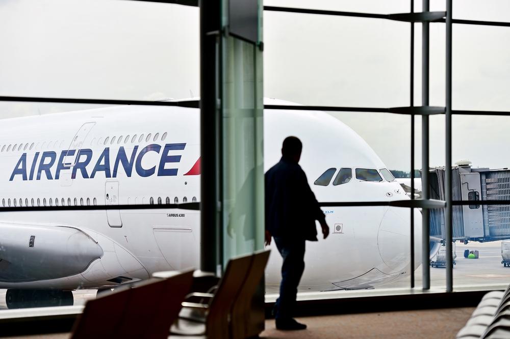 Бездомный нашел в аэропорту Парижа 300 000 евро