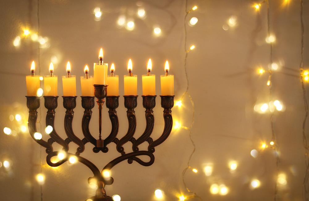 Застолье при свечах и игры в волчок: евреи празднуют Хануку
