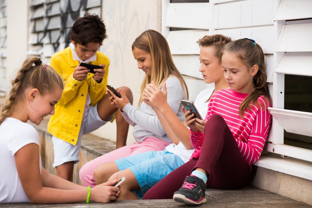 Во Франции школьникам запретили пользоваться смартфонами