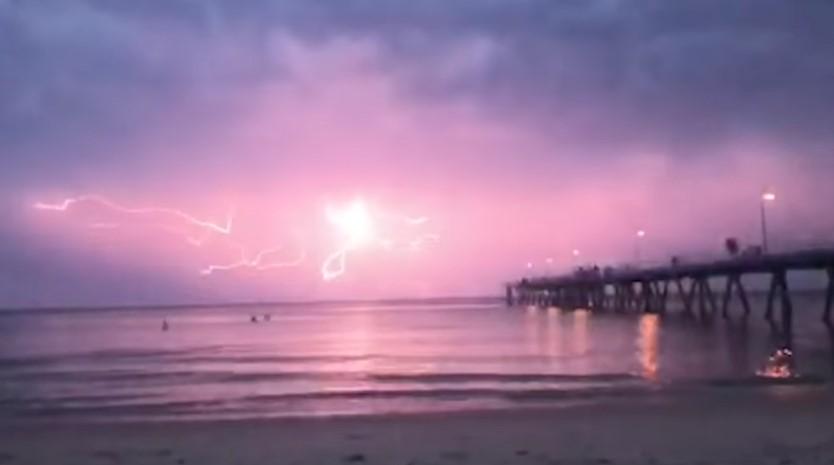 Танец молний: уникальное природное явление попало на видео
