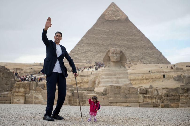 В Египте мужчина встретил женщину на 2 метра ниже его В Египте мужчина встретил женщину на 2 метра ниже его 1 31