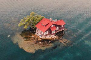 Семья живет на острове размером с теннисный корт