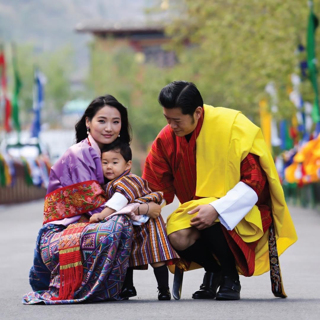 Юная королева Бутана воспитывает сына, ведет Instagram