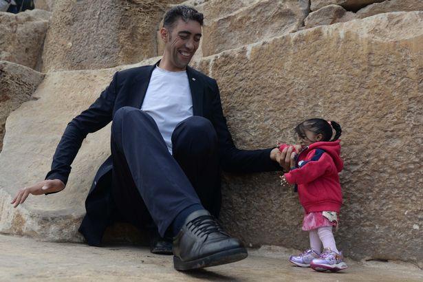 В Египте мужчина встретил женщину на 2 метра ниже его В Египте мужчина встретил женщину на 2 метра ниже его 2 30