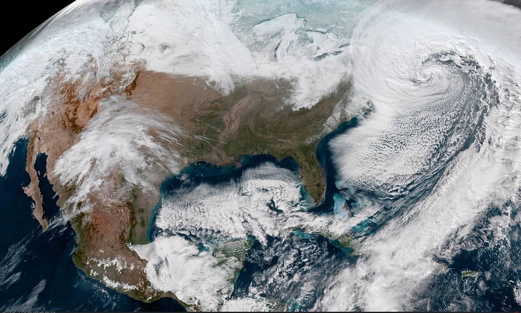 NASA показало, как выглядит снежный циклон-бомба над Атлантикой из космоса