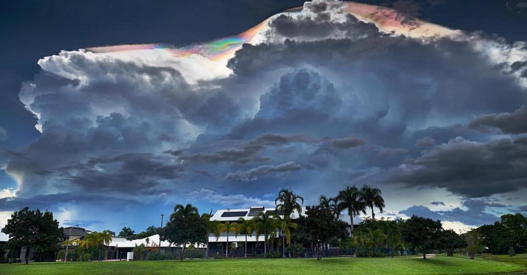 Радужные облака появились в небе над Австралией.Вокруг Света. Украина