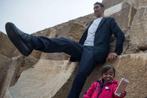 В Египте мужчина встретил женщину на 2 метра ниже его В Египте мужчина встретил женщину на 2 метра ниже его 3 28