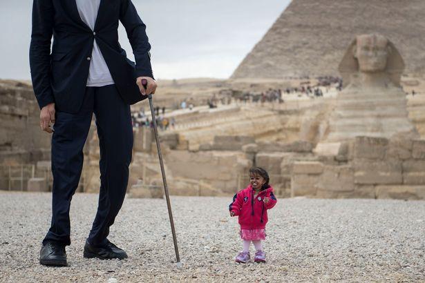 В Египте мужчина встретил женщину на 2 метра ниже его В Египте мужчина встретил женщину на 2 метра ниже его 4 21