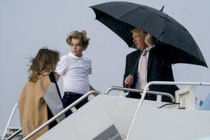 Все себе: Трамп пожалел зонт для жены и сына