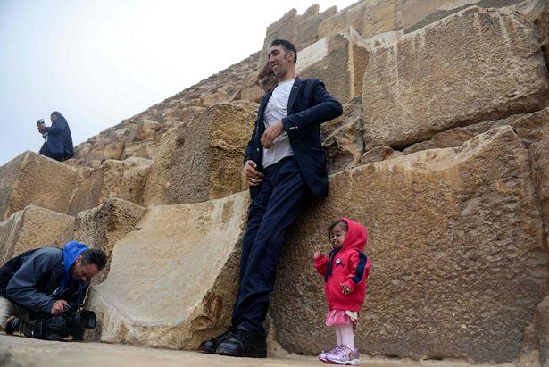 В Египте мужчина встретил женщину на 2 метра ниже его В Египте мужчина встретил женщину на 2 метра ниже его 5 17