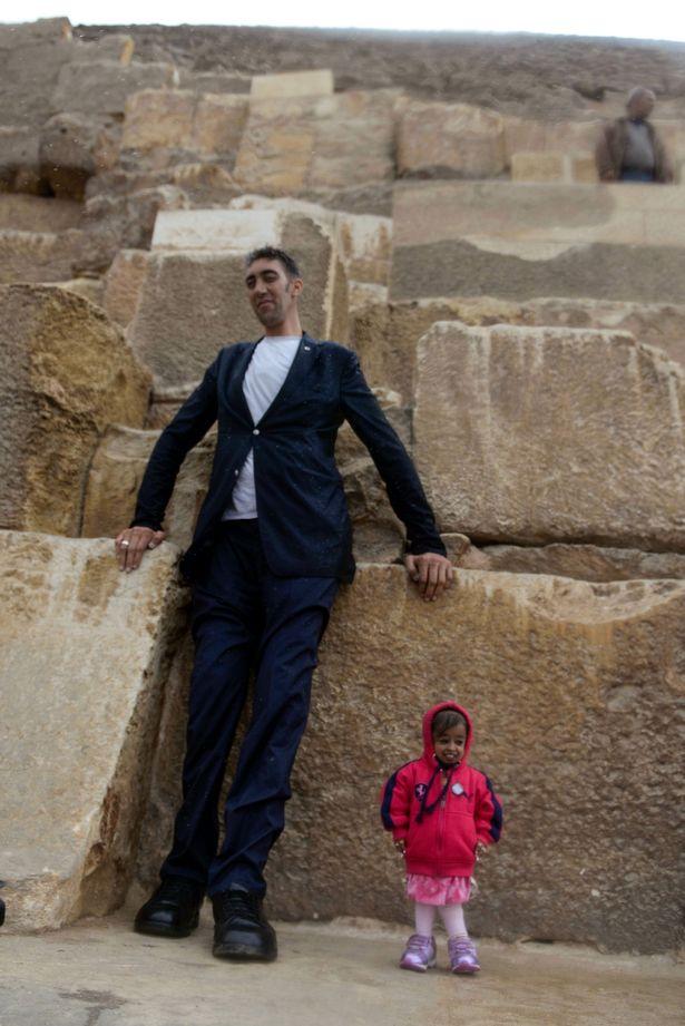 В Египте мужчина встретил женщину на 2 метра ниже его В Египте мужчина встретил женщину на 2 метра ниже его 6 16