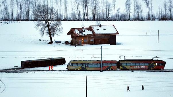 В Швейцарии поезд сдуло с рельсов (видео)