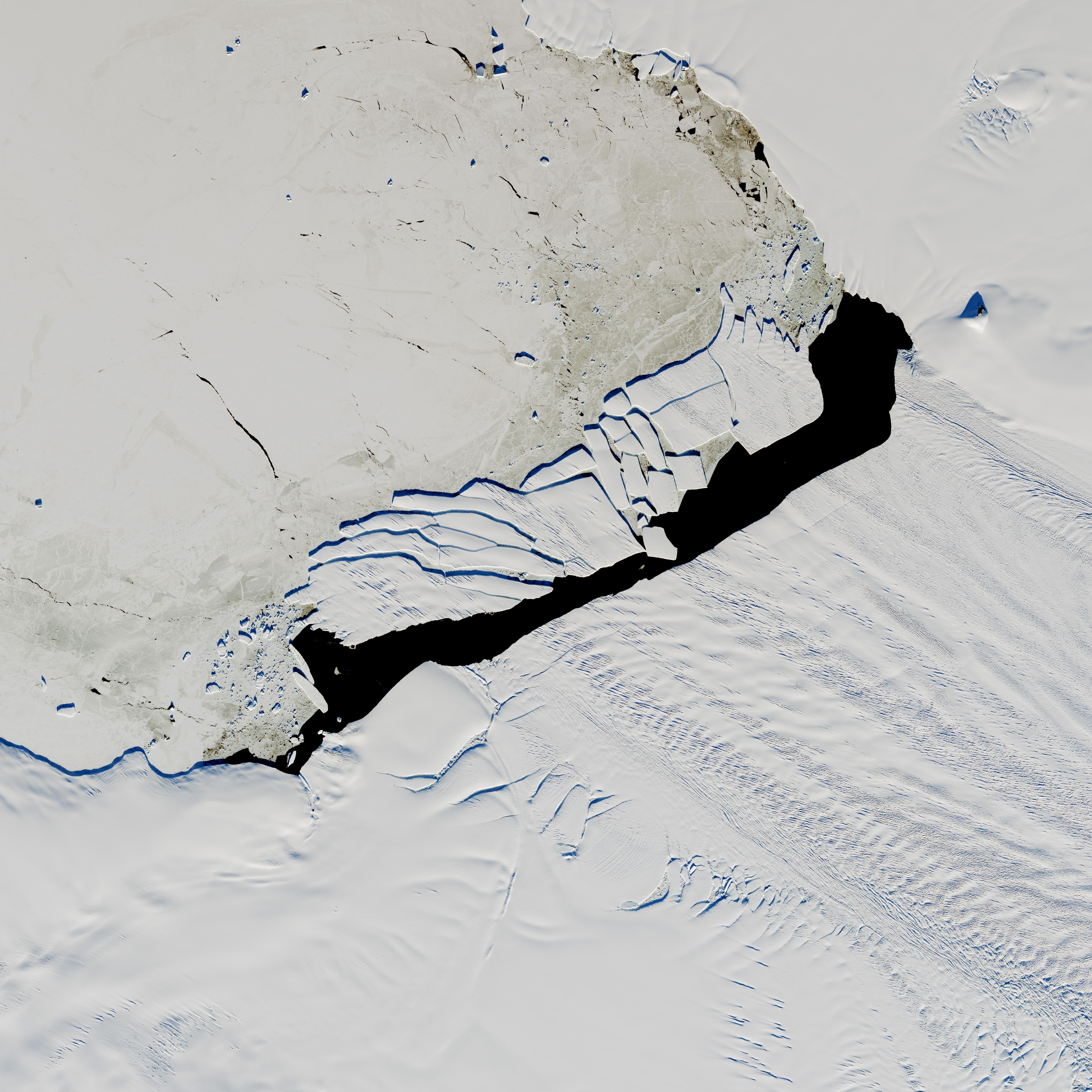 NASA рассказало, что случилось с гигантским айсбергом