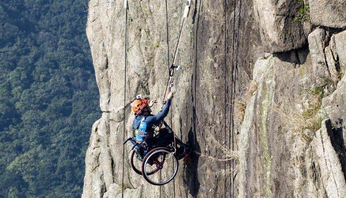 Парализованный китаец-скалолаз покорил вершину Гонконга