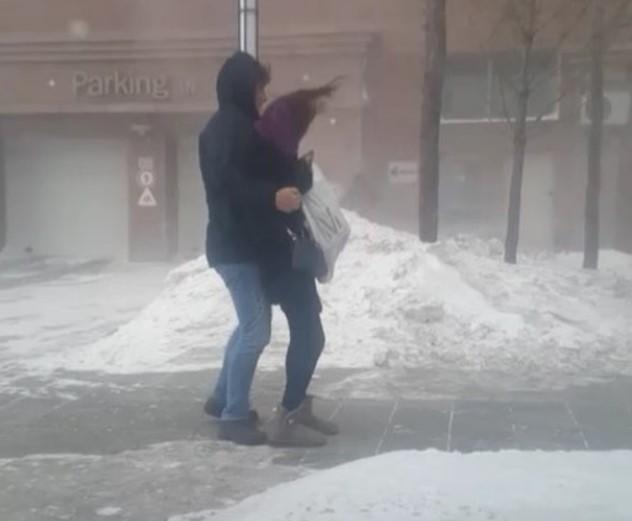 Буран в Астане: пешеходы разлетались как щепки