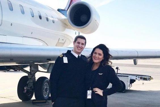 В США пилот сделал предложение стюардессе прямо в полете