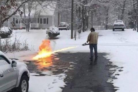 Американец расчистил заснеженную дорогу огнеметом