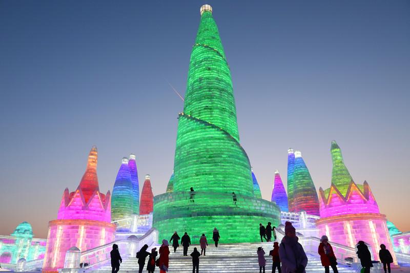 Неоновое царство Снежной королевы: в Харбине открылся фестиваль льда и снега