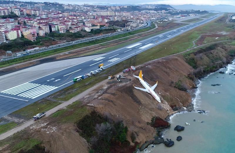В метре от пропасти: в Турции самолет укатился в море