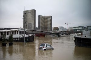 Вышедшая из берегов Сена затопила Париж