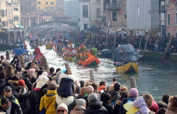 Как проходит карнавал в Венеции-2018: расписание и яркие фото Как проходит карнавал в Венеции-2018: расписание и яркие фото p 54072037 614x395