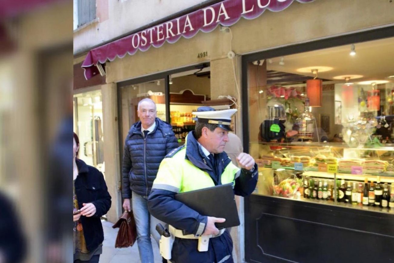 Ресторан в Венеции, где обсчитали туристов, оштрафовали Ресторан в Венеции, где обсчитали туристов, оштрафовали retsoran foto
