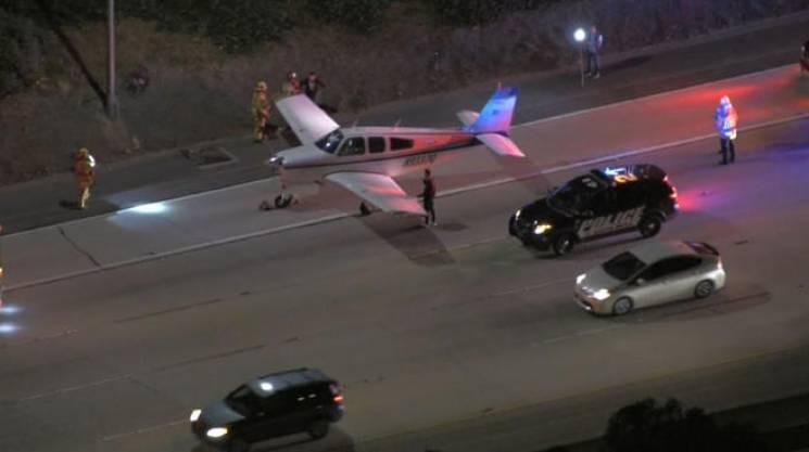 В Калифорнии самолет приземлился на автостраду