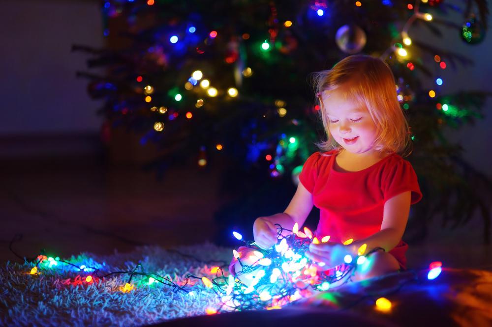 Во Франции ребенок вдохнул лампочку из новогодней гирлянды