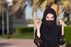 Иранки снимают хиджаб на улице, протестуя против традиционного дресс-кода