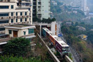 В Китае поезд проезжает через жилой дом