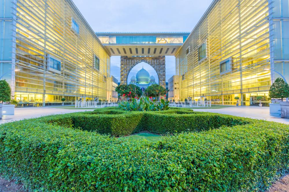 Неоновые светлячки и гигантский цветок: что смотреть в Малайзии