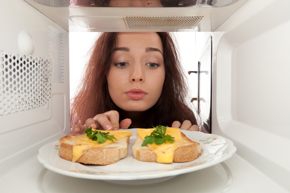 Посуда, рак и вкус – все, что нужно знать о еде из микроволновки