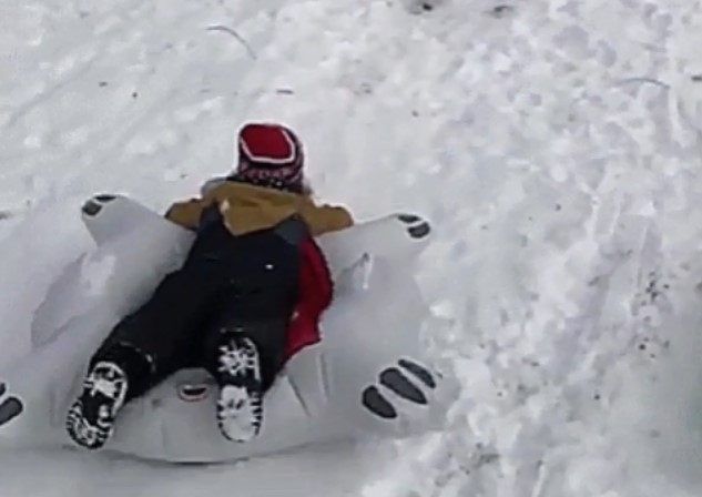 Отец виртуозно спас детей от столкновения на снежной горке.Вокруг Света. Украина