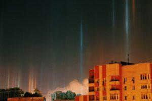 В Санкт-Петербурге в воздухе повисли светящиеся столбы