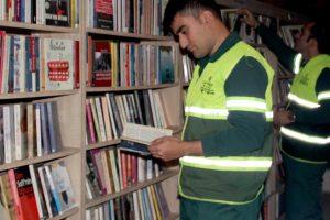Мусорщики открыли библиотеку из выброшенных книг