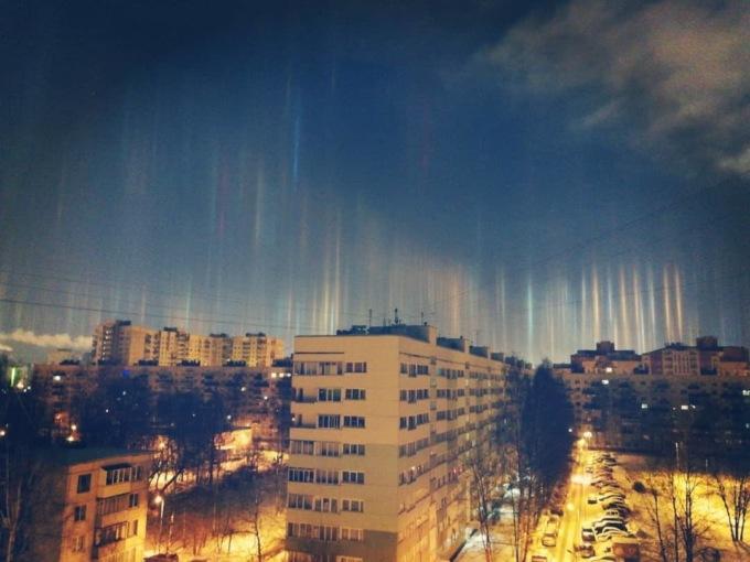 В Санкт-Петербурге в воздухе повисли светящиеся столбы В Санкт-Петербурге в воздухе повисли светящиеся столбы 2 22
