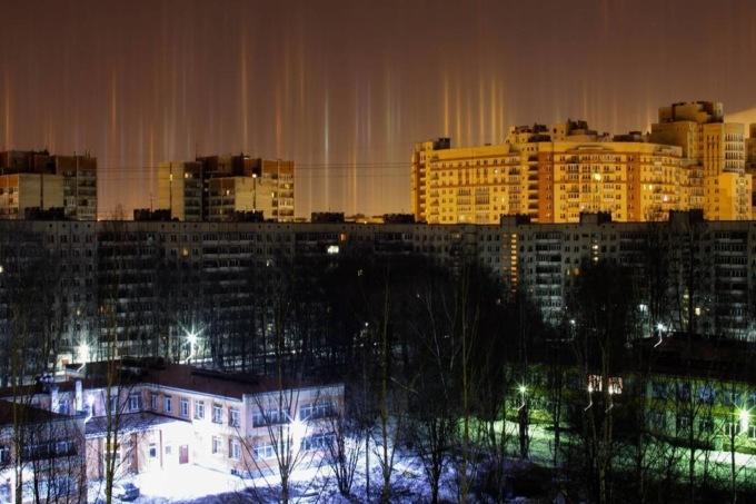 В Санкт-Петербурге в воздухе повисли светящиеся столбы В Санкт-Петербурге в воздухе повисли светящиеся столбы 3 22
