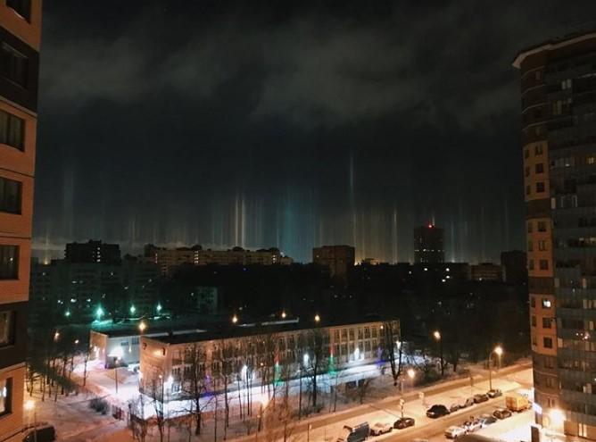 В Санкт-Петербурге в воздухе повисли светящиеся столбы В Санкт-Петербурге в воздухе повисли светящиеся столбы 5 15