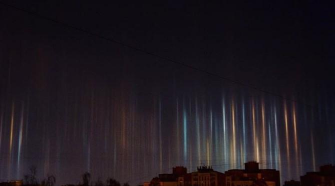 В Санкт-Петербурге в воздухе повисли светящиеся столбы В Санкт-Петербурге в воздухе повисли светящиеся столбы 6 13