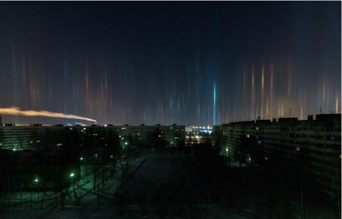 В Санкт-Петербурге в воздухе повисли светящиеся столбы В Санкт-Петербурге в воздухе повисли светящиеся столбы 9 7
