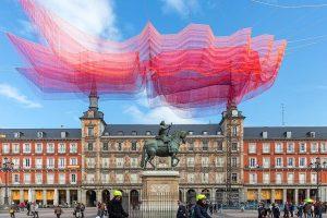 Над Мадридом «пролетело» розовое облако из 600 тысяч нитей